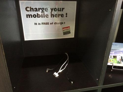 A partir de ahora podrás utilizar gratis los cargadores de teléfonos móviles que tenemos en la sala de espera de clientes, así no tendrás que preocuparte de cargarlo en el viaje, o de camino a recoger el coche.